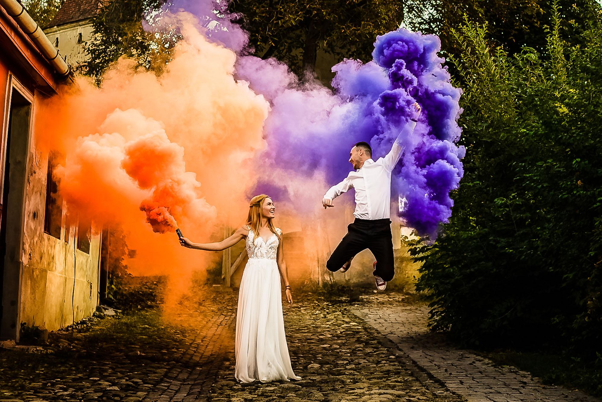 Fotograf nunta trash the dress Sighisoara fum colorat